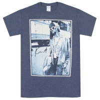 KURT COBAIN Standing By Bus Photo Tシャツ